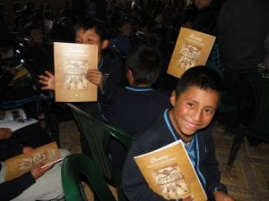 Niños de San Vicente Buenabaj, poseen el libro para conocer la historia de esta aldea