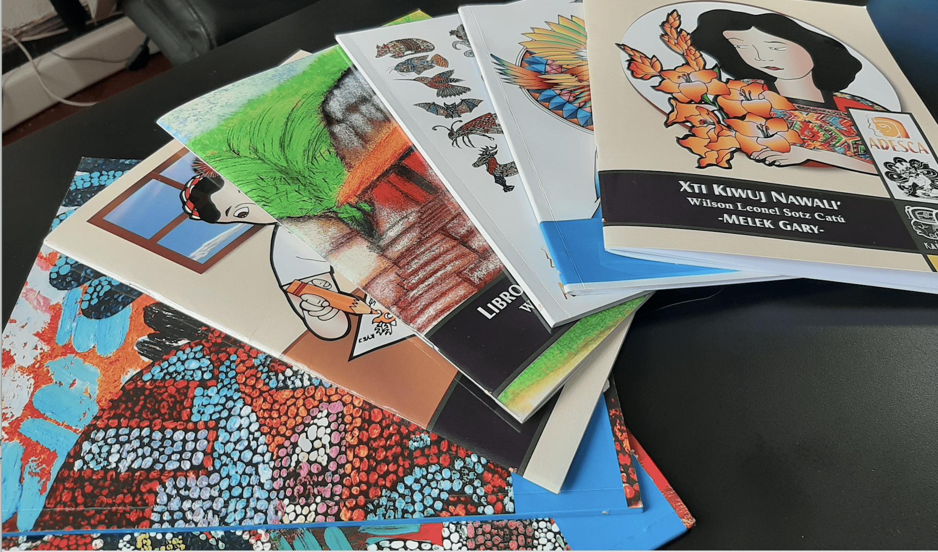 Colección de libros Kablajuju No´j de Wilson Sotz / Foto: Eslly Melgarejo-ADESCA-